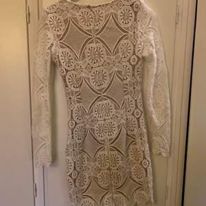 Säljer denna jätte fina klänning då den inte längre passar. Den är endast använd 1 gång och är i storlek S. Du får stå för frakt!
