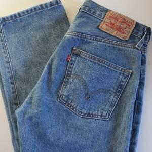 Vintage Levi's 501 jeans i superbra skick. Storlek W30 L30. De perfekta jeansen (men lite för små för mig). Mått: Innerbenslängd 77 cm, grenhöjd fram 28 cm och midjemått 82,5 cm. Fler bilder finns 😊