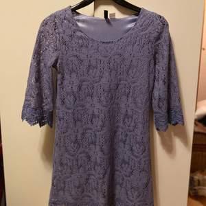 Supersnygg lila spetsklännikg som aldrig är använd. Passar inte mig, därför säljs den. Säljes för 100kr, frakt tillkommer
