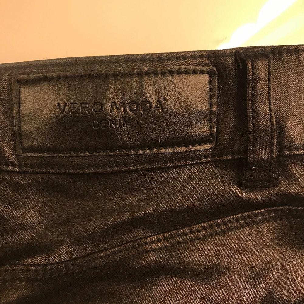 svarta skinn?  läder? byxor, Jag är 1.63. Aldrig använt bara på bilden. . Jeans & Byxor.