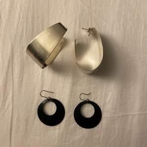 Två örhängen som endast är använda en gång. Säljer båda för 30kr plus frakt 22kr eller 20kr för de silvriga och 15kr för de svarta + frakt 12 kr.