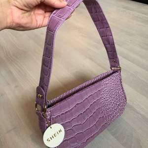 Enkel väska från Shein med krokodilmönster. Aldrig använd