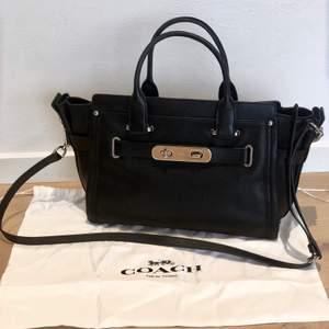 Säljer min svarta handväska från coach. Den är i fint skick men har bara inte fått användning för den på ett tag. Väskan kommer med en avtagbar axelrem samt dustbag, på insidan finns även ett fack. Den är 33 cm lång i nedkant och 22 cm hög. ✨❣️ Skriv vid intresse!🥰