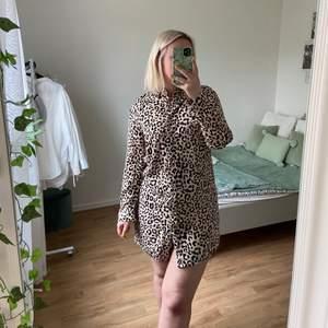 Mjuk skjortklänning i leopard mönster. Bara använt knappt 3 gånger, så den är i fint skick! Ännu snyggare med ett bälte i midjan! Storlek 42, men mer som en 38