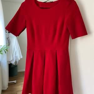 Röd strukturerad klänning från ZARA! Mjukt material men rätt tjockt. Denna klänningen var super poppis för några år sen, men är en klassisk modell som aldrig går ur mode! Kortare modell. Använd EN gång så i väldigt fint skick!