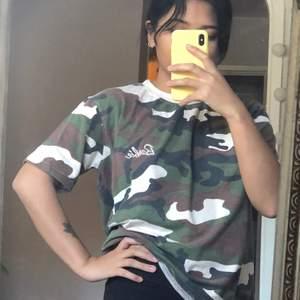 En snygg camo T-shirt som från Missguided  där det står Barbie på. Storlek 36. 🤍