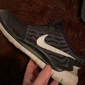Säljer nu mina jätte sköna och väldigt använda skor! Funkar fortfarande hur bra som helst dock lite slitna där av priset! ☺️