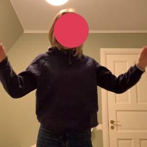Säljer min mörkblåa hoodie från Ginatricot. Storlek M men skulle säga ett den är lite liten i storleken. Vet ej nypris men säljer för 50kr + frakt!!