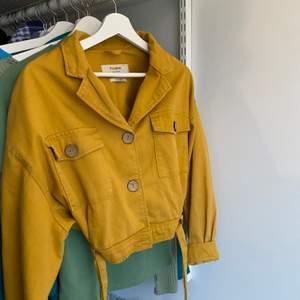 En croppad jeansjacka i en ascool gul färg, funkar till alla olika tillfällen och kan verkligen göra en hel outfit. Snygg både knäppt och uppknäppt