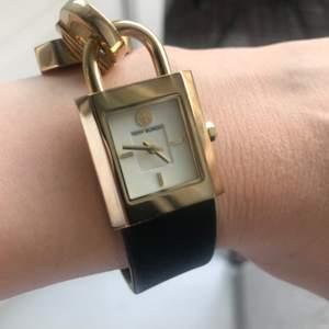 Säljer denna fina märkesklocka. Nypris 3000 kr säljer nu för mindre än halva priset. Riktigt fin och fräsch klocka knappt använt.