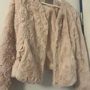 En jättefin fluffig jacka från Vero Moda!