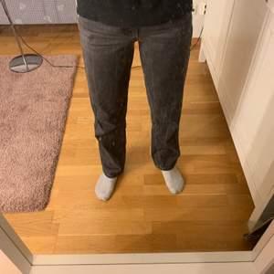 Superfina mörkgrå jeans från ginatricot, köpta för över ett år sedan men ändå väldigt fin kvalité då jag knappt använt dem. Skriv om du har frågor!💘