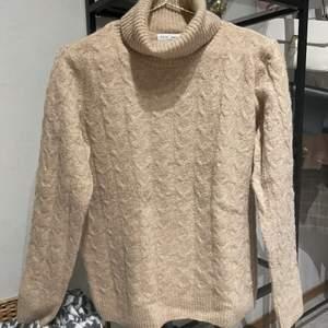 En fin stickad tröja från Lindex som är endast använd 1 gång. Säljer den då jag anser att den är lite för lång för mig som är 162 cm lång. Storlek S. Köparen står för frakten. 90kr + frakt
