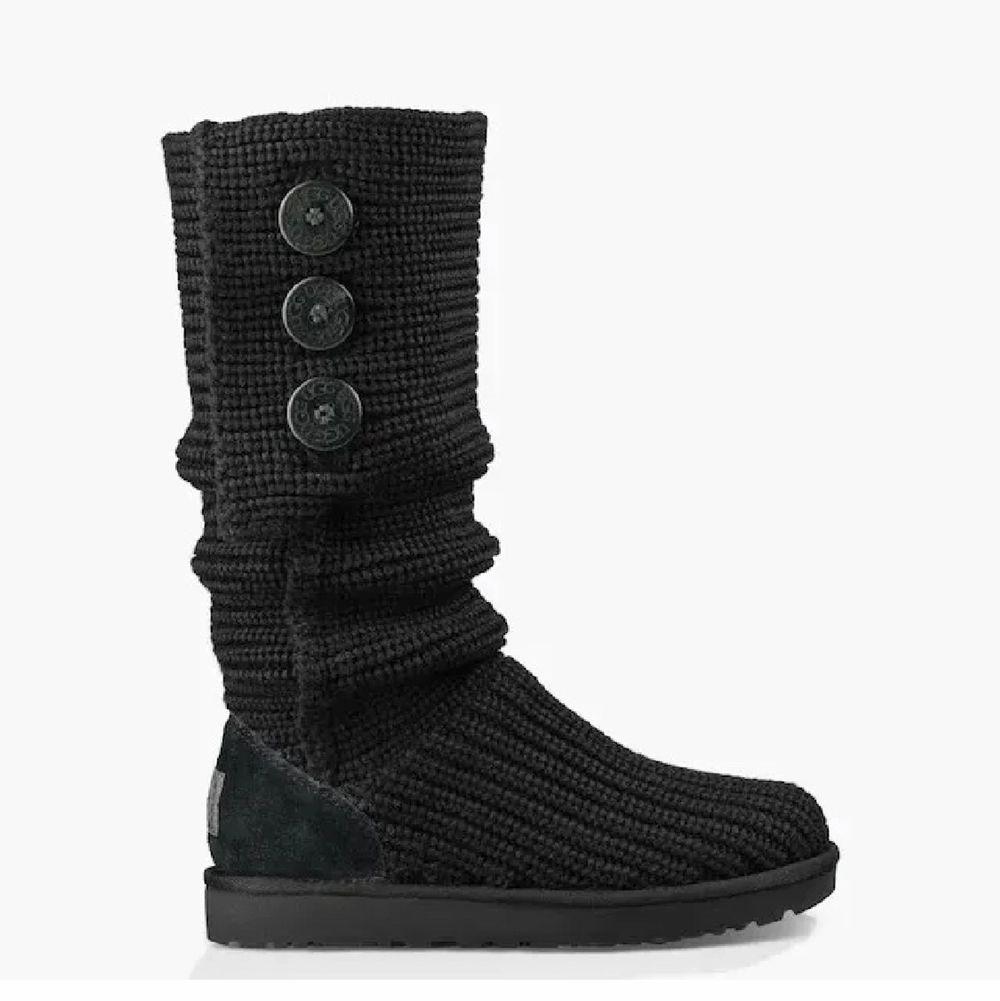 Säljer svart Cardy Knit Boots från UGG. Knaptt använt. Material är ull. Storlek 38 kan passa 37. Skor.