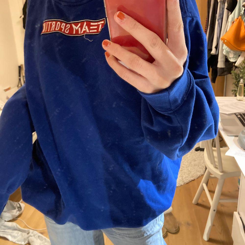 Blå Team Sportia sweatshirt. Jättenajs, funkis hemma och ute! Passar alla strl beroende på hur du vill att den ska sitta (jag är s). Tröjor & Koftor.