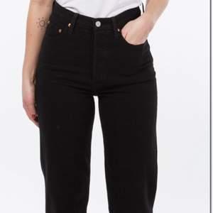 Snygga svarta levis straight jeans i storlek w25. Knappt använda, och inga defekter.