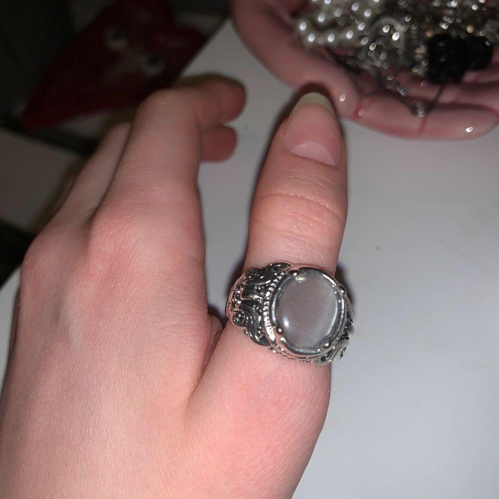 super fin men den är lite för stor för mig då jag har ganska små fingrar. köpt second hand, märke okänt. frakt 24kr.💗. Accessoarer.