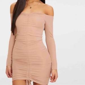 ALDRIG ANVÄND! Jättesnygg klänning från Pretty Little Thing, den är inte min stil så säljer vidare den. Släpper den billigt passa på!