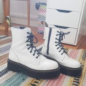 Säljer mina äkta vita doc martens skor! Platåsula! Väldigt bekväma enligt mig och snygga. Säljer för att de inte kommer till användning längre! Köpa här på plick innan, var då inte använda av personen mycket, använda av mig max 10 ggr. I finfint skick! Strl 40, sitter jätte bra på mig som har strl 40. Dm för frågor eller mått eller fler bilder🐄❤ Pris inkl frakt