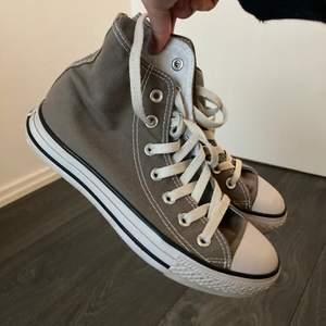 Säljer ett par bruna converse. Storlek 37-38. Fint skick, dock en liten fläck längst fram på ena skon (se bild 3) Skriv privat för pris, buda gärna💞frakten ingår inte i budet, frakten går på 64kr💞