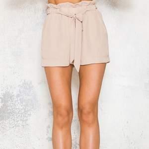 Så snygga beiga shorts från DM retro. Köpte för något år sedan men endast använda en gång, kvaliten är som ny. Så fina deltaljer och perfekta till sommaren❤️ frakt står köparen för 🚚