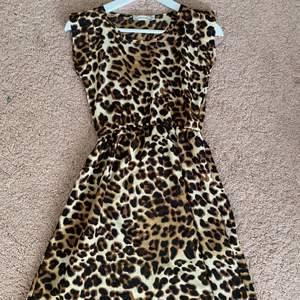 Denna klänning kan användas speciellt under sommartider och kanske till vissa avslutningar eller fester! Den har använts 2-3 gånger💜 Storlek: M (sitter som XS). Köpte denna klänning från Nelly.com för 150kr.