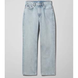 Säljer dessa weekday jeans i färgen morning blue i modellen voyage då de inte kommer till användning. De är i storlek 28/32 och i bra skick utan defekter. Köparen står för frakt.