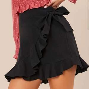 Säljer denna svarta kjolen för den aldrig kommer till användning för att den är tyvärr lite för kort för mig. Nyligen köpt på SHEIN och är i storleken M, ordinarie pris 129kr.