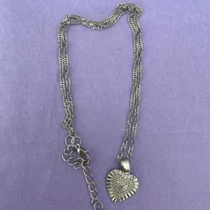 silvrigt halsband med ett hjärta. aldrig använt! 💞