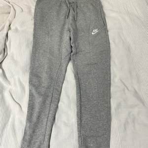 Gråa Nike sweatpants, mycket bra skick, säljer pga att det är för små (köparen står för frakt)😊