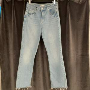 Ljusblåa croppade jeans, något utsvängda. Använda 1-2 gånger, tvättade en gång. Storlek 40. 🌸 Köpte för 450, säljer för 150