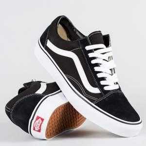 Säljer ett par vans skor i strl 37 eftersom dom inte kommer till användning. Använda men i bra skick. Säljer för 300 inkl. Frakt