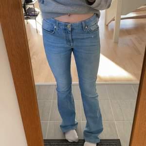 Säljer mina jätte fina jeans ifrån 7 for all mankind. Det är uppsydda där nere och passar mellan 163-170. Bra skick.❤️