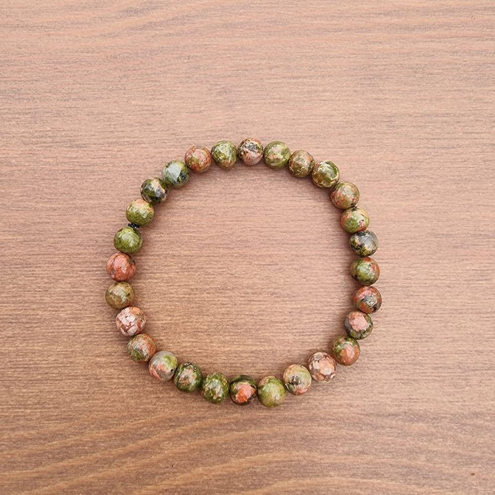 Armband med 6 mm stora kristallpärlor av Unakit.  Rundslipade stenar trädda på elastisk tråd. Ca 16 cm omkrets. Skickas i vadderat kuvert via postnord.. Accessoarer.