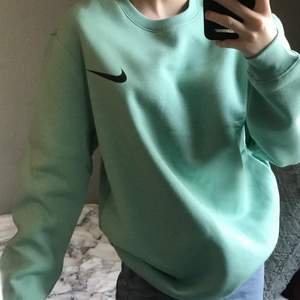 Säljer denna mint gröna Nike sweatshirt i storlek S. Det är ingen budgivning utan man köper direkt för 280:- + 66 spårbar frakt! ❗️ Finns ingen lapp där bak så den är uppenbarligen inte äkta. Vid fler bilder eller liknande skriv privat