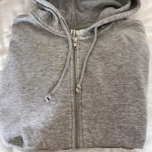 En grå vanlig zip hoodie från hm