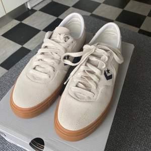 Snygga Converse skor i mocka. Storlek 41