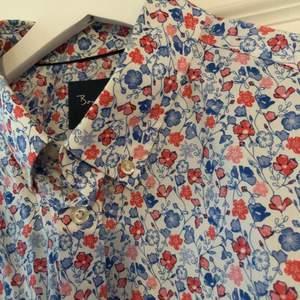 Superfin skjorta med somrigt mönster. Från bondelid, storlek XL. Frakt tillkommer.