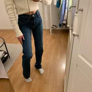 Säljer mina superfina jeans från zara. Dem är använda 1 gång och säljer pga försmå över rumpan😫 köpte dem i höstas för 359kr och dem är somsagt nyskick. Om många är intresserade blir det budgivning