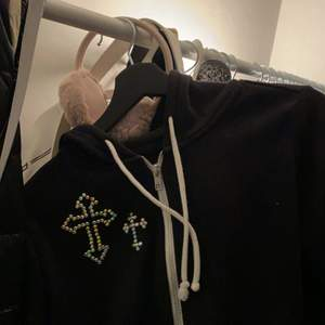 Cyber y2k zip hoodie med kors i rhinestones, skiiitsnygg och skön, kommer dick tyvärr inte tillanvändning längre :/🧊