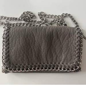 Super snygg grå axelremsväska från Tiamo. Kommer inte till användning. Jättebra skick. Nypris: 450kr