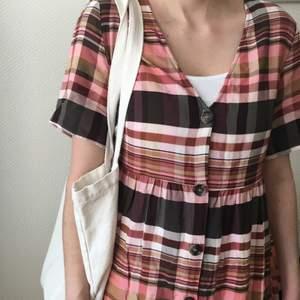 Sjukt söt klänning som aldrig använts! ❣️Den är i Storlek 40 men som man ser på bilden skulle jag säga att den är mycket liten i storleken och passar på de med XS och S🌸  Syrran på bilden är 160cm så man vet längden ungefär! :) Frakt ingår i priset!💕