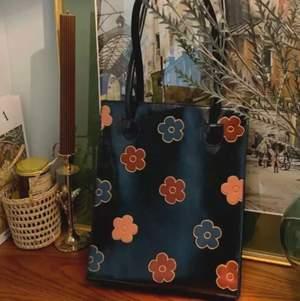 Vi såg denna skit snygga design så vi ska börja fixa dom, jätte snygg handväska i faux leather men gulligt blom print, bra kvalite och super snygg vintage look. Bara å skriva om du skulle vilja köpa en😍