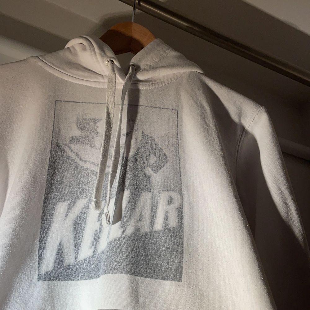 """""""KELLAR"""" vit hoodie från thecoolephant i 10/10 skick. Nypris 650kr. Huvtröjor & Träningströjor."""