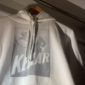 """KELLAR"" vit hoodie från thecoolephant i 10/10 skick. Nypris 650kr"