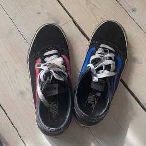 Vans skor som jag själv har målat, säljer pågrund av att dom har blivit för små. Hyfsat använda, försöker tvätta av dom så mycket så möjligt innan skorna fraktas