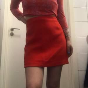 Aline röd kjol från HM. Använt typ två gånger. Jätte fin!