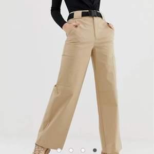 Coola beiga byxor ifrån Asos! Köpta för ett år sen, men används aldrig längre. Dem är i storlek 40, men är mindre i storlek så skulle säga att de passar M bra. Bältet gick sönder, så det är bara byxorna! Köparen står för frakt<3