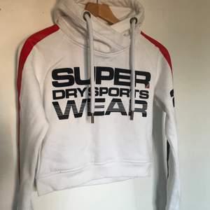 Super cool och sportig hoodie från SuperDry. Den är använd men i gott skick! Tyget vid handlederna är lite missfärgat på insidan!
