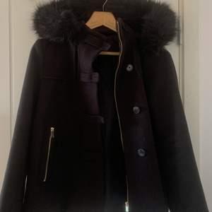 Super fin kappa från Zara med päls (fake). Är i fint skick och säljer pga att den är för liten. Köparen står för frakten!